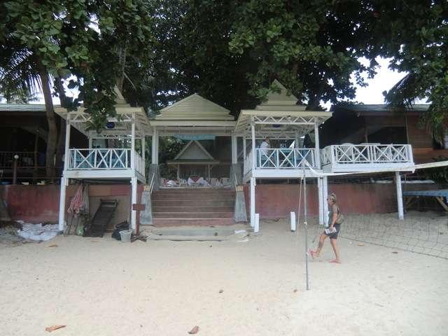 das Resort vom Strand aus